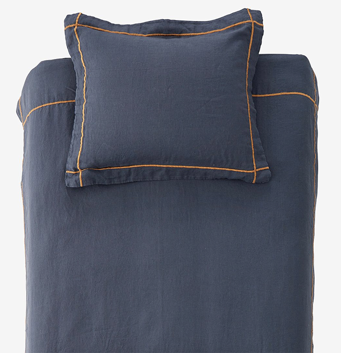 Mørkeblåt sengetøj med orange søm