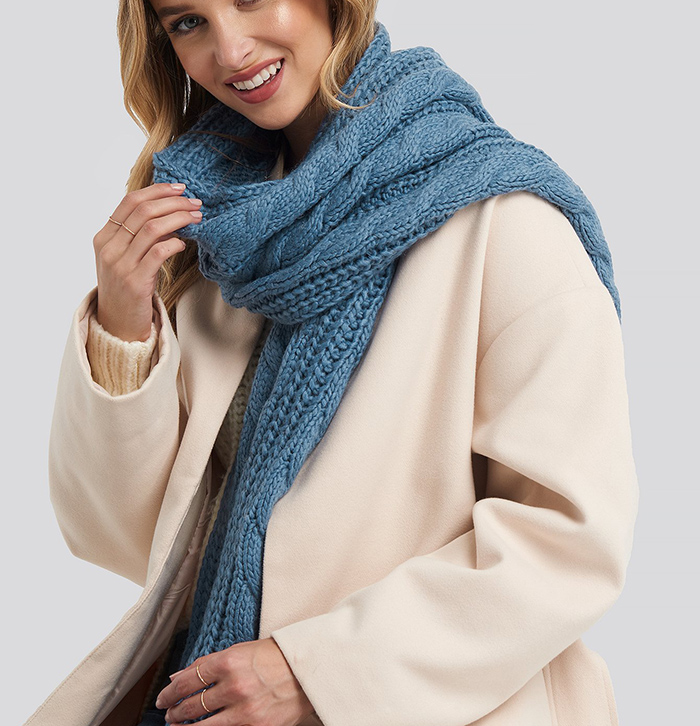 Skønt og blødt tørklæde i lyseblå strik