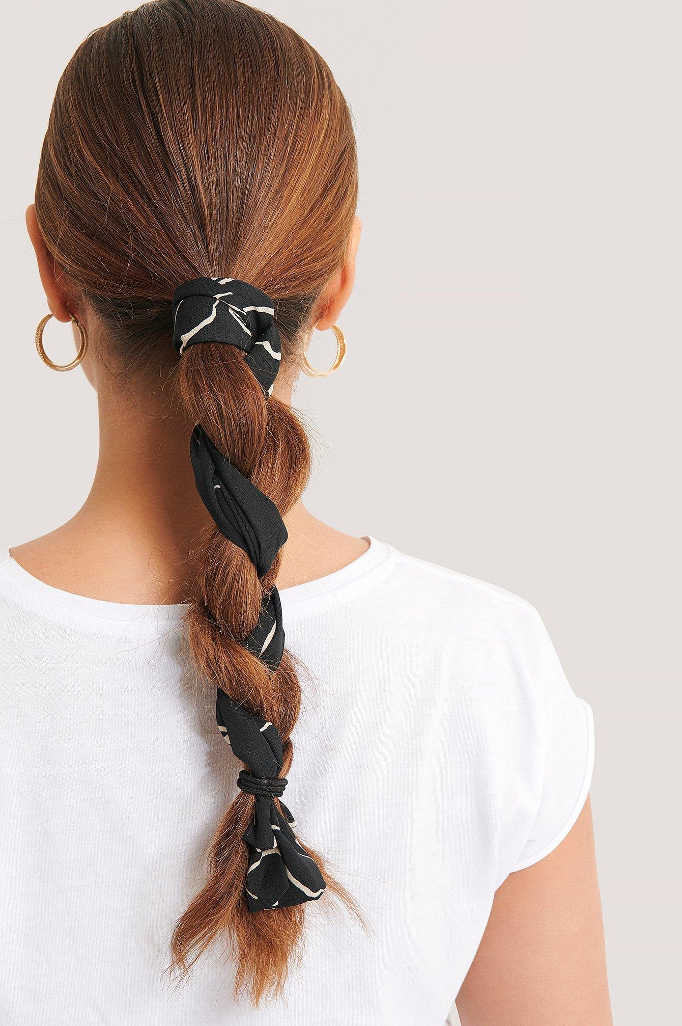 Sort tørklæde til håret med hvidt mønster
