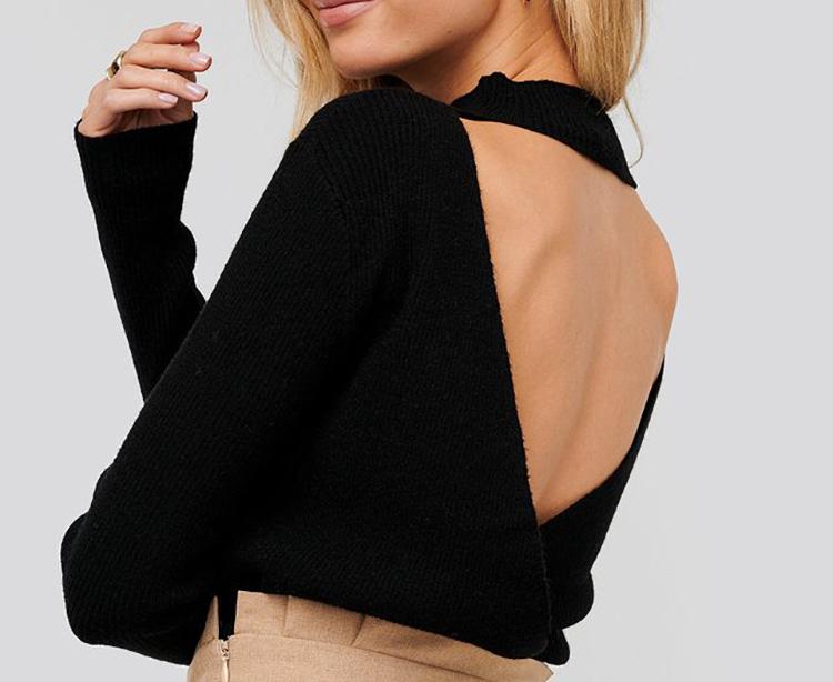 Tynd sort strik med høj hals og bar ryg
