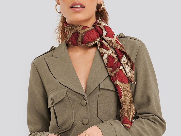 Tyndt satin tørklæde med smukt rødt slangeprint