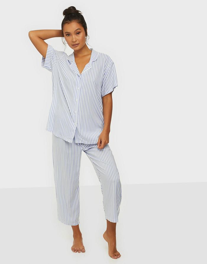 Blåstribet pyjamas i ægte bedstefar stil