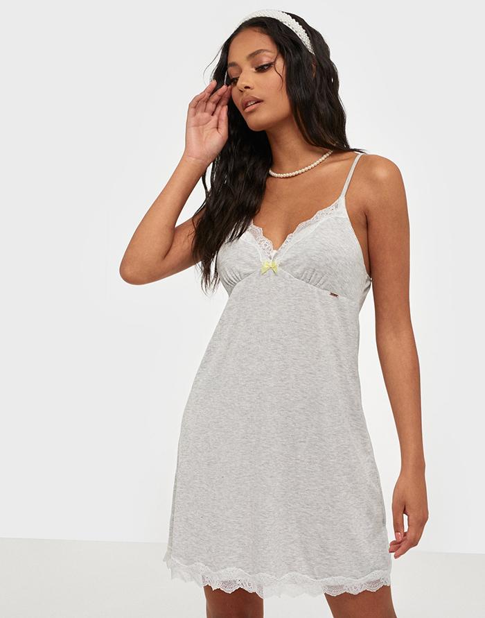 Blød lysegrå natkjole med hvide blonder