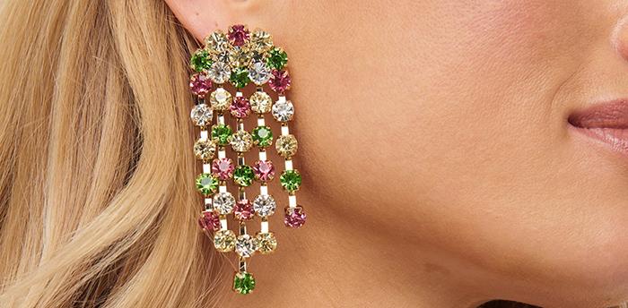 Farverige øreringe der glitre