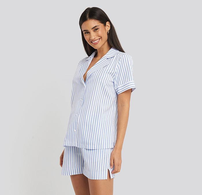 Kort blåstribet nattøj til kvinde