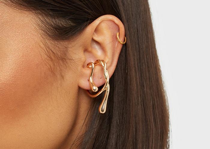Kunstnerisk guldfarvet ear cuff