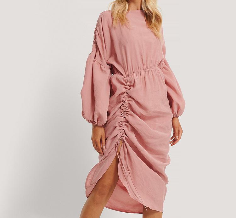 Romantisk kjole med svævende lyserød folder