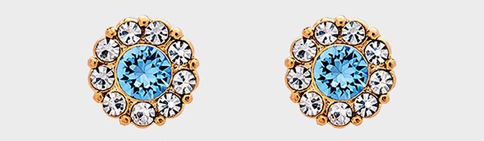 Små guld ørestikker med blå og hvid diamanter