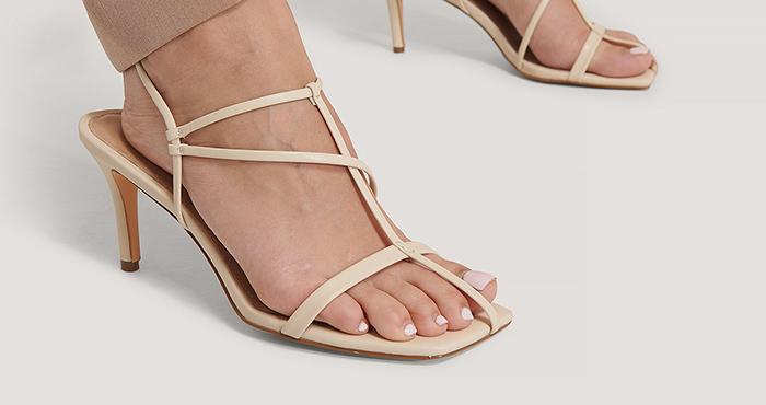 Smukke lyse sandaler med hæl 1