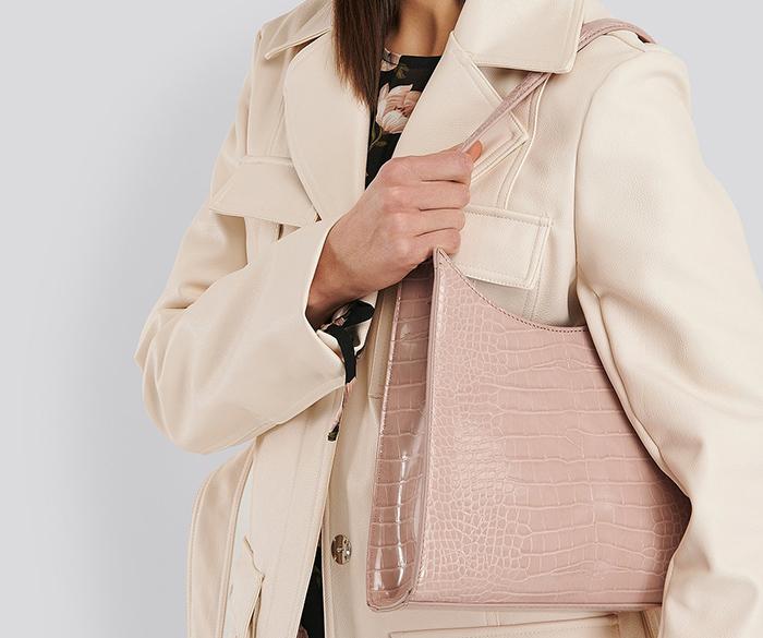 Smukt rosa taski i kunstskind med tekstur