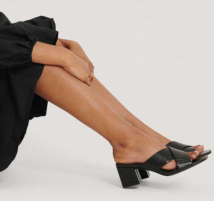 Sorte højhælede sandaler i smukt design