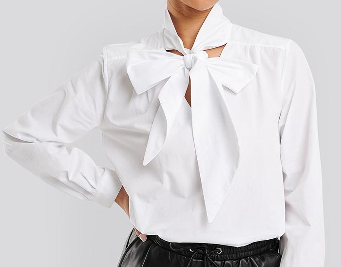 Hvid skjorte med stor sløjfe