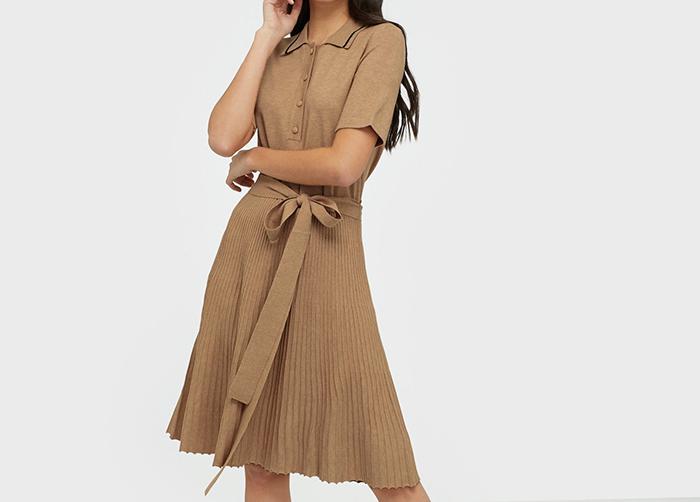Klassisk sort kjole med plisseret underde