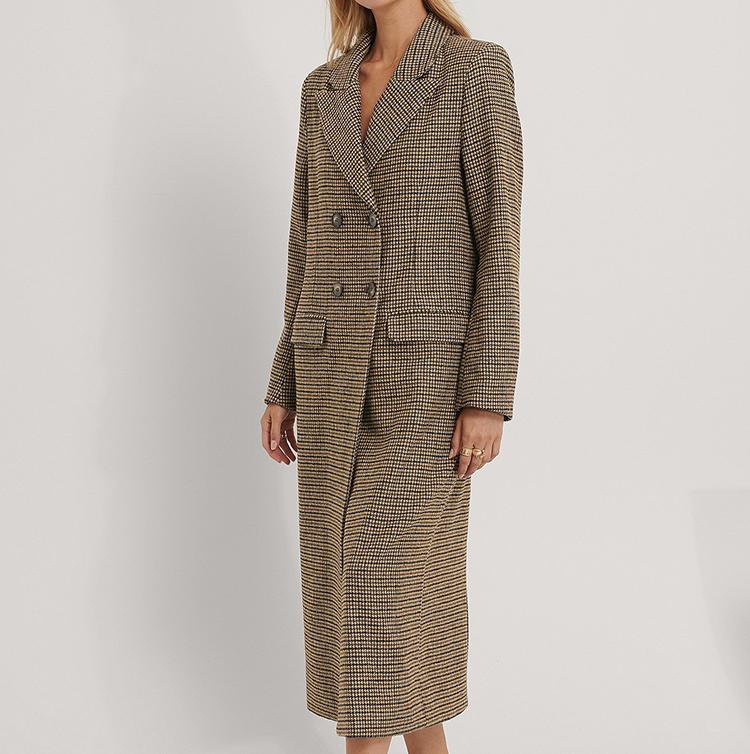 Lang frakke i ternede stof