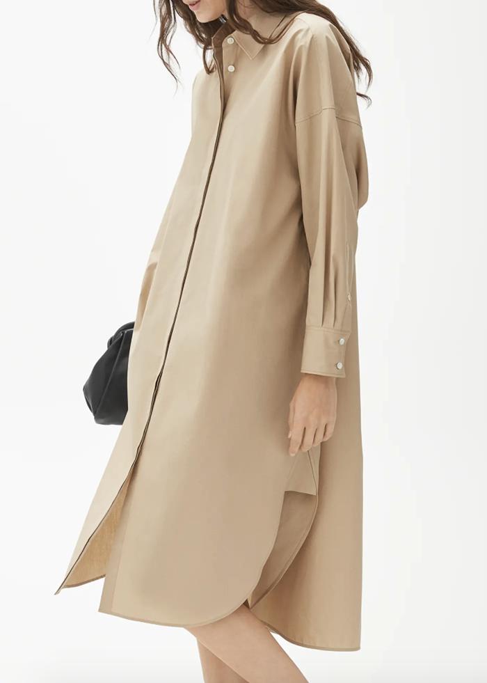 Langærmet beige skjortekjole med elegante snit