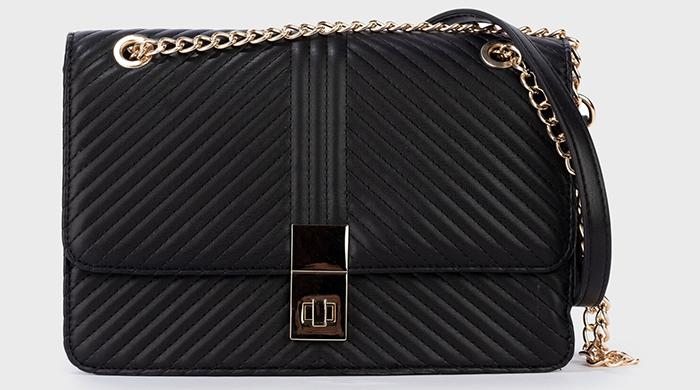 Sort firkantet taske med guldkæde