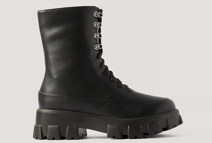 Sorte militærstøvler med kraftig hæl og snørre