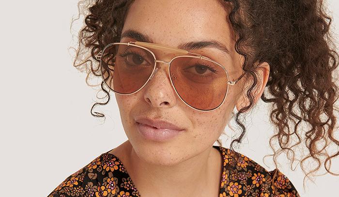 Store solbriller med tyndt guldstel og farverigt glas