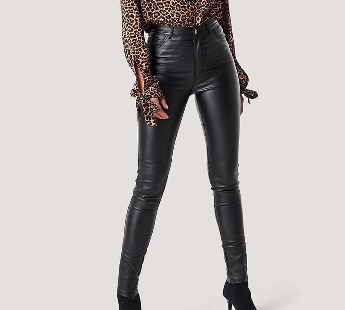Stramme højttaljet wax bukser i sort læderlook