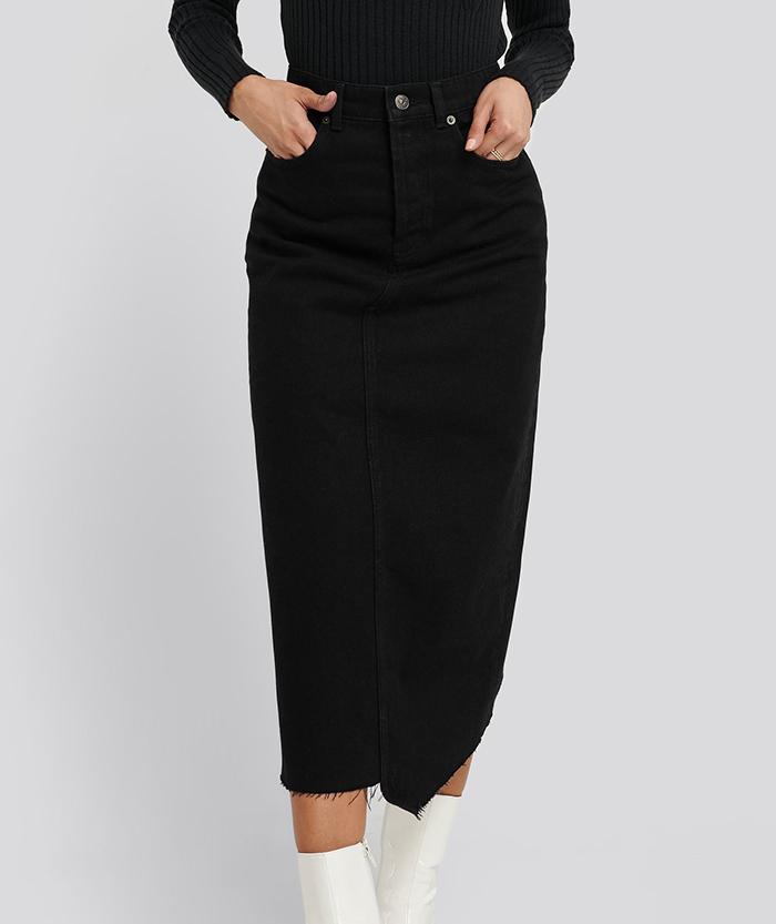 Asymmetrisk nederdel i sort denim