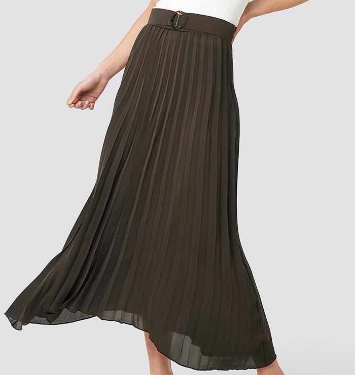 Elegant plisseret nederdel med smukt spænde<