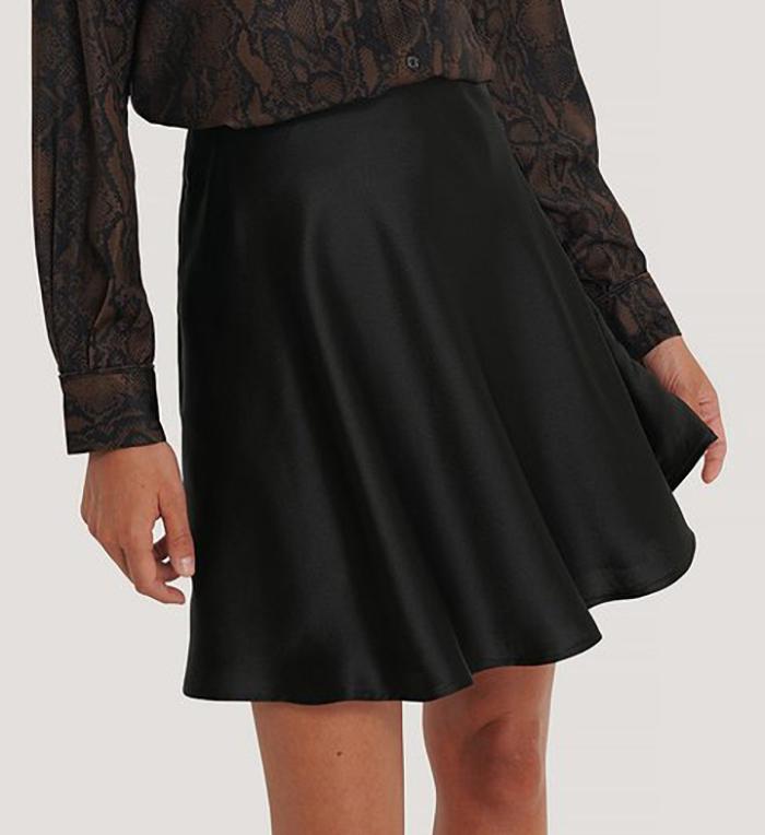 Kort og billig nederdel i smuk silke