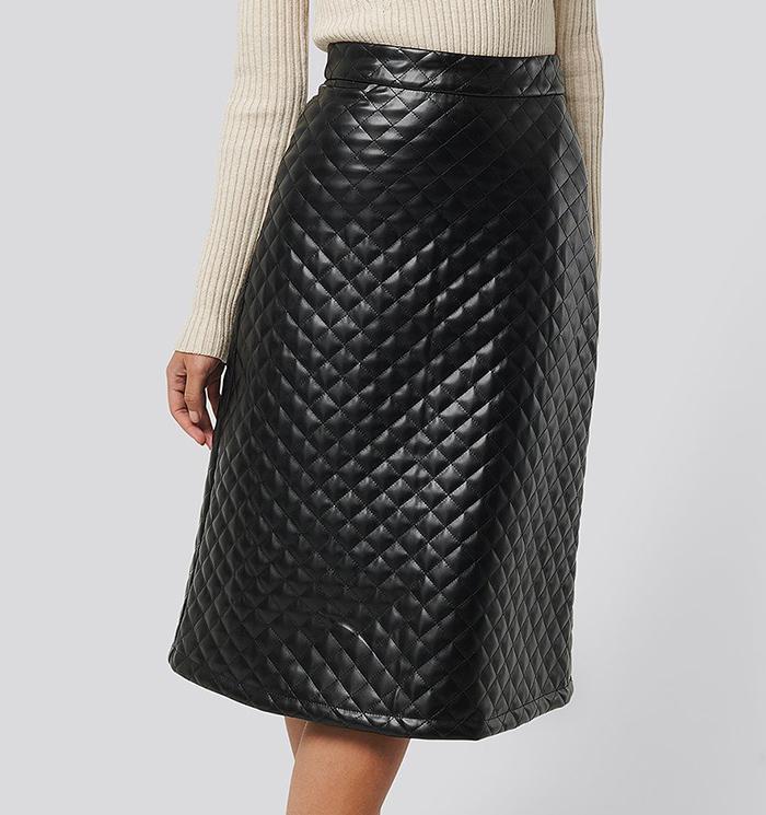 Kviltet nederdel i sort kunstlæder
