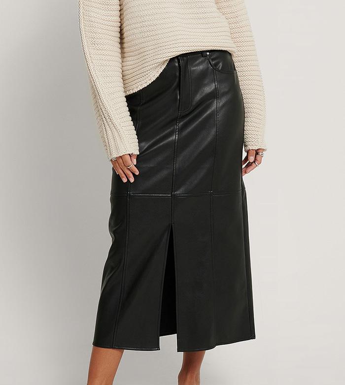 Sort stram nederdel i imiteret læder