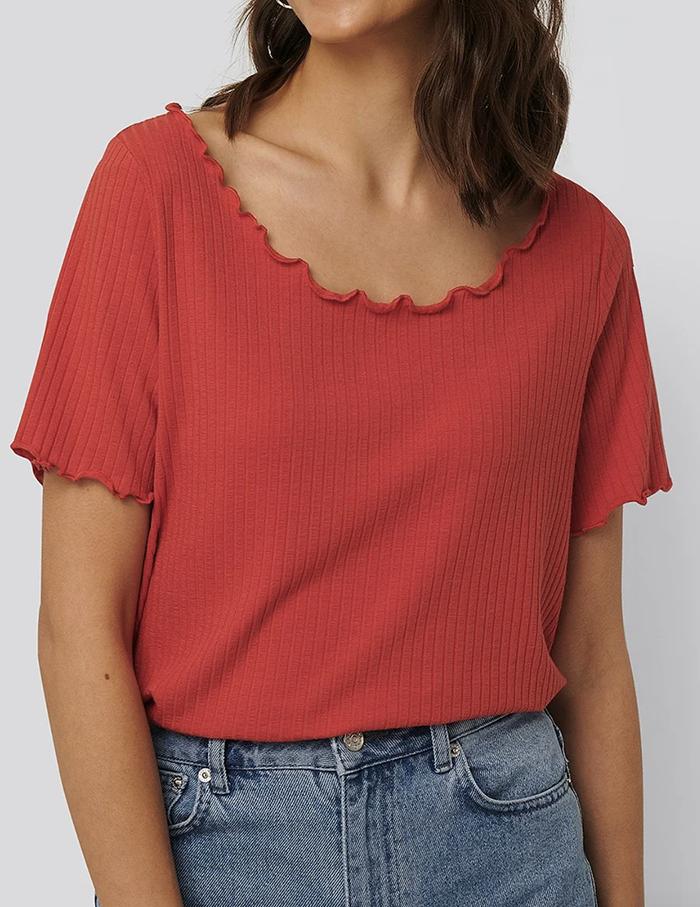 Feminin rød t-shirt med bøljede kanter