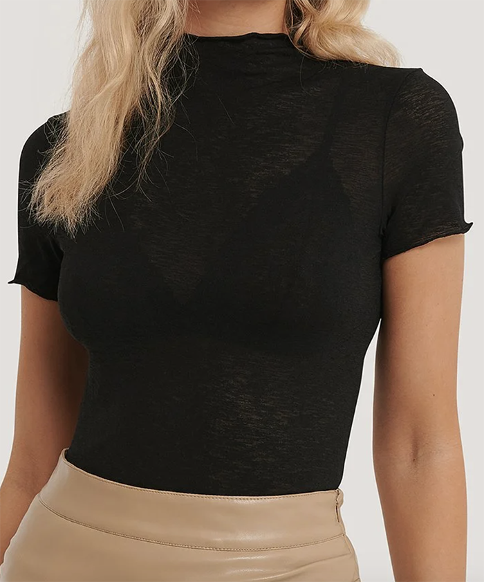 Feminin sort t-shirt i tyndt stof