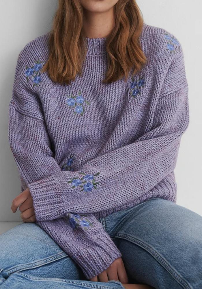 Flot lilla trøje med blomster brodering