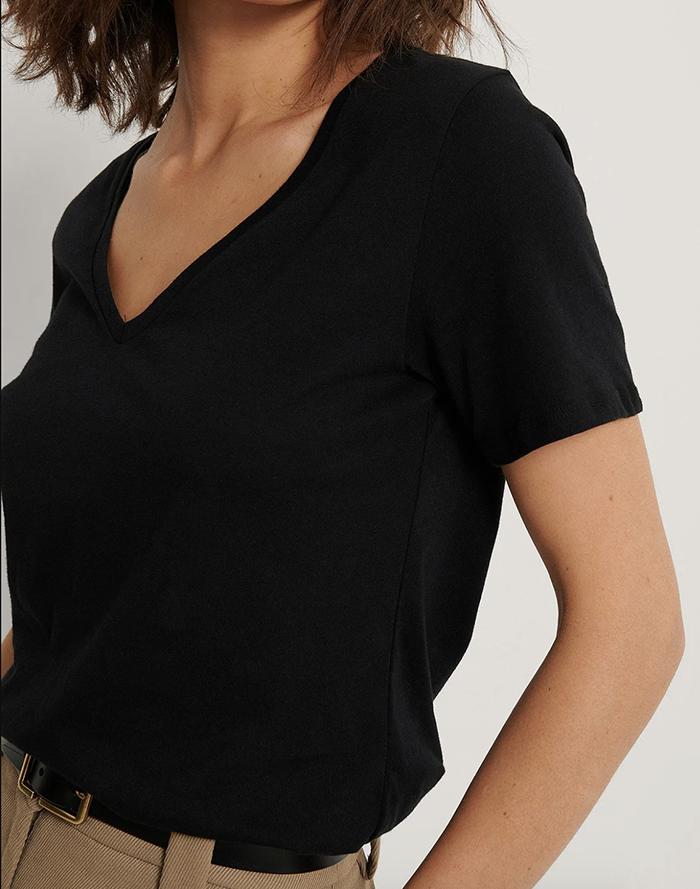 Flot sort t-shirt med v-udskæring til damer