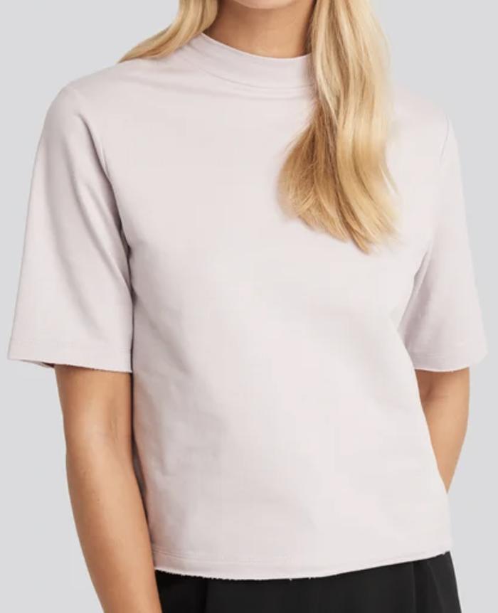 Kort og løs t-shirt til den modebevidste dame