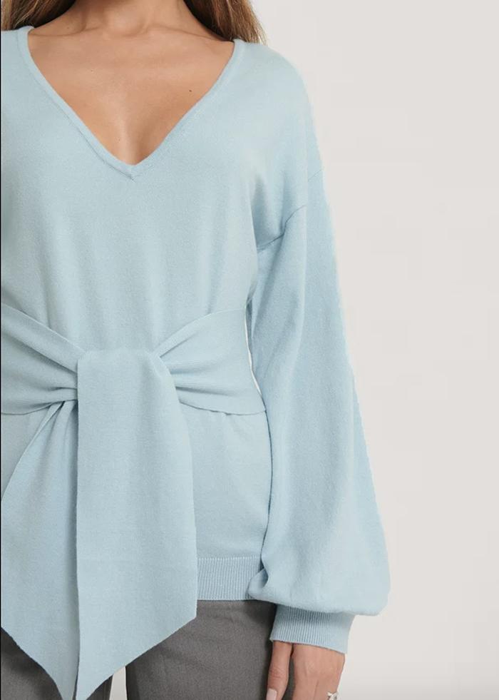Lækker lyseblå trøje i anderledes design