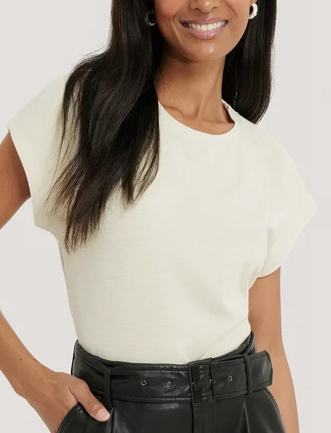 Råhvid slip t-shirt til den modebevidste dame