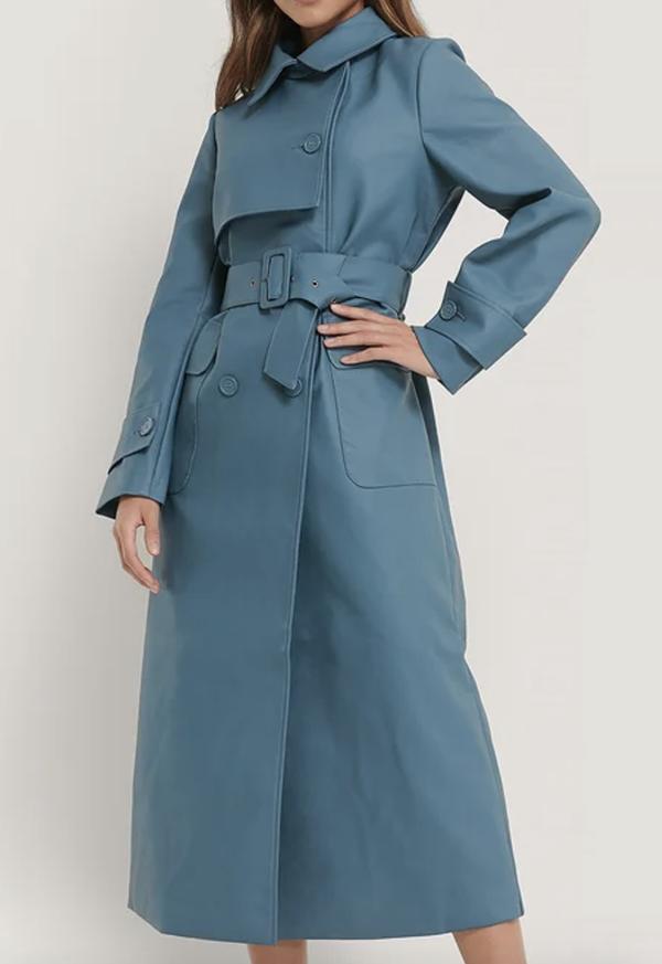 Smuk og anderledes blå trenchcoat i faux læder