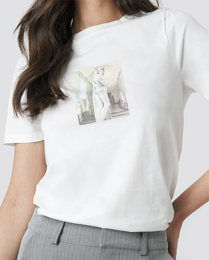 Sød t-shirt med kunstnerisk print