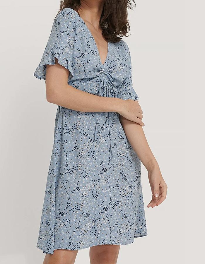 Blå strandkjole i yndigt blomsterprint