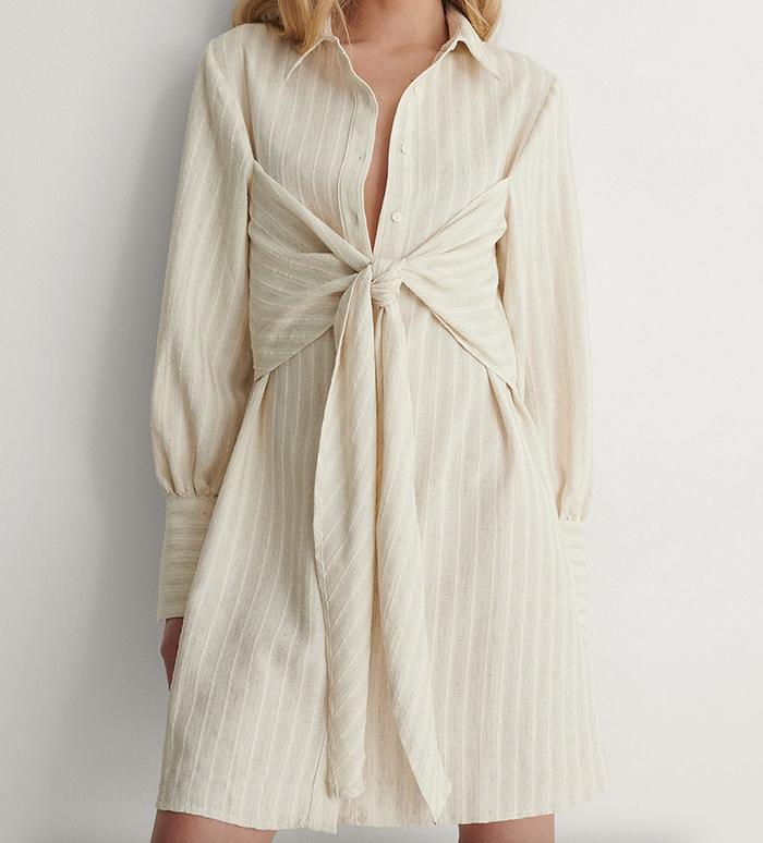 Lækker strandkjole med minimalistisk detaljer