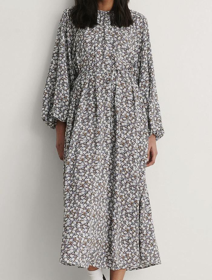Lang løs kjole med yndigt blomsterprint