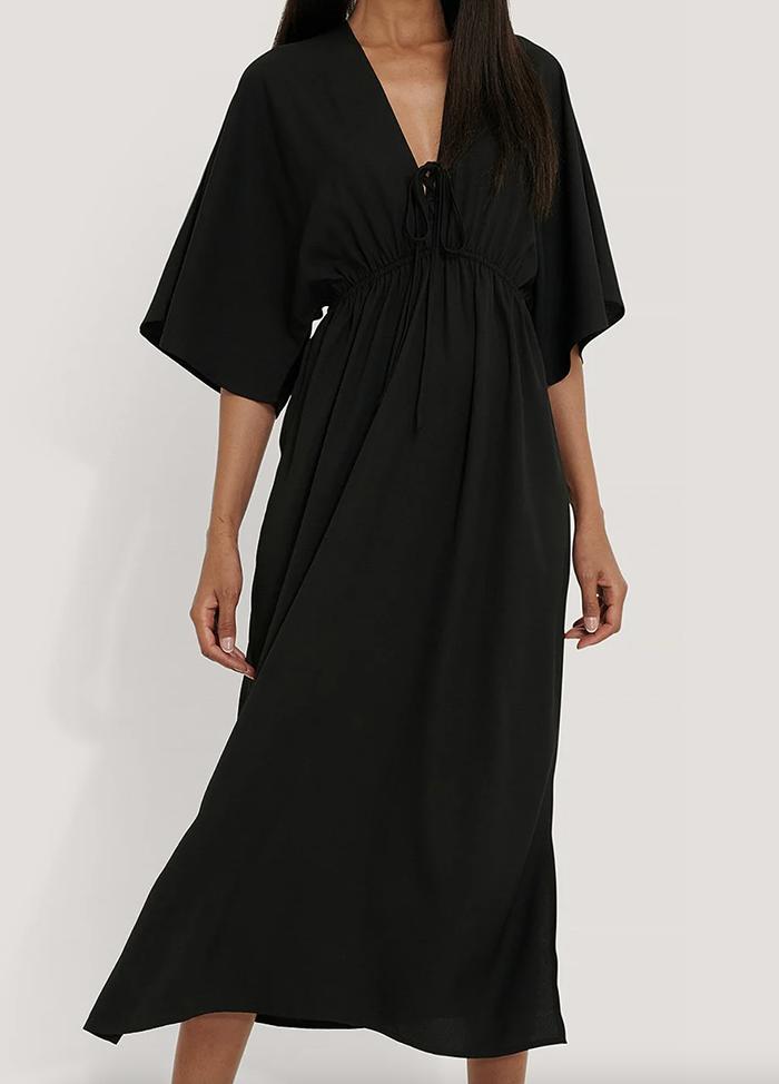 Lang sort strandkjole med sød snøre
