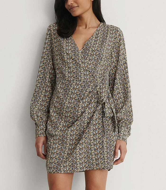 Langærmet slå-om kjole i feminint print