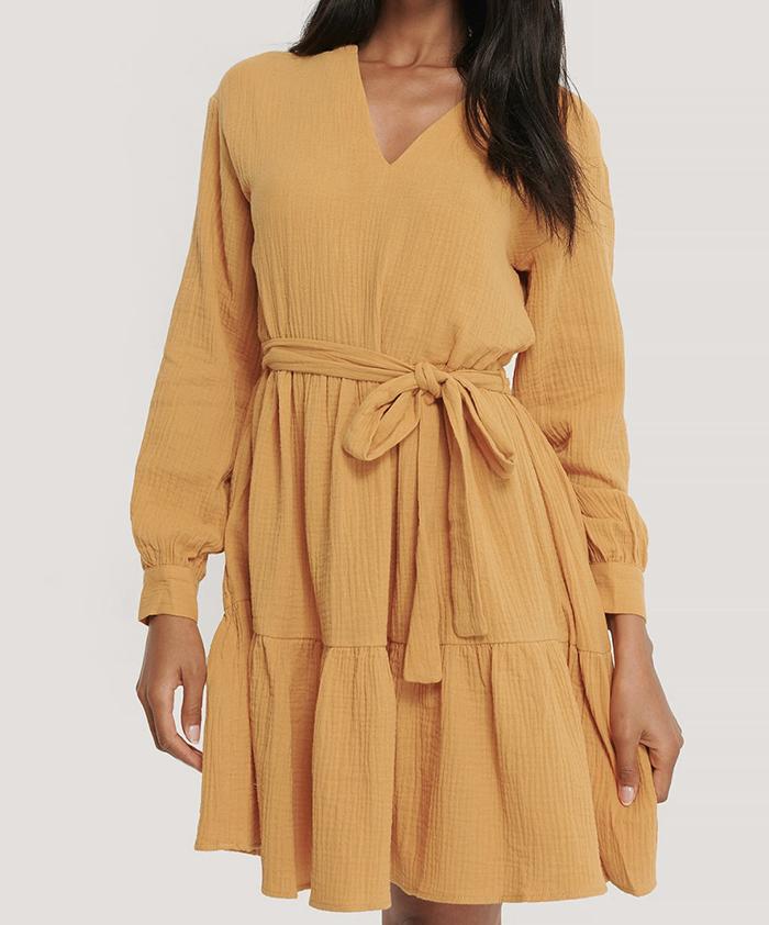 Smuk gul over kjole med lange ærmer