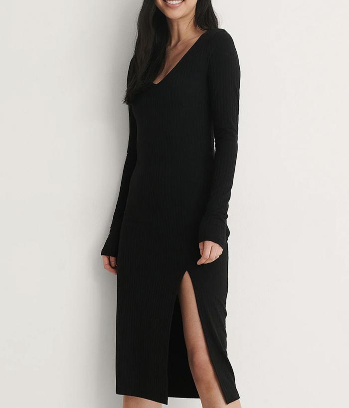 Sort ribbet kjole med lange ærmer og slids