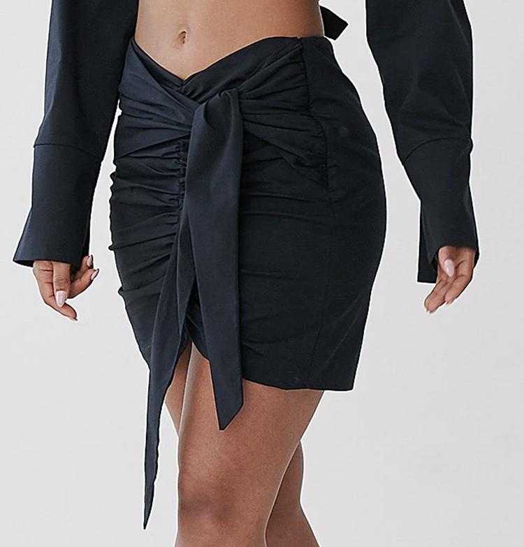 Anderledes og smuk kort nederdel i sort