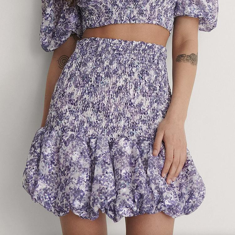 Feminine kort nederdel i blomsterprint