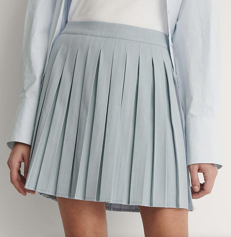 Kort nederdel i lyseblåt plisseret stof