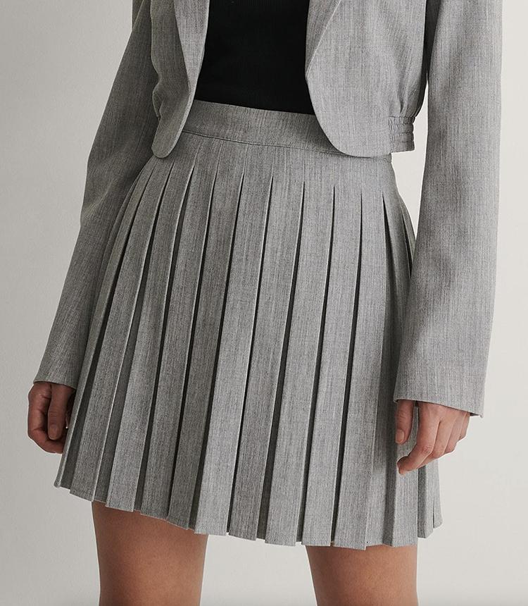 Kort plisseret nederdel med høj talje