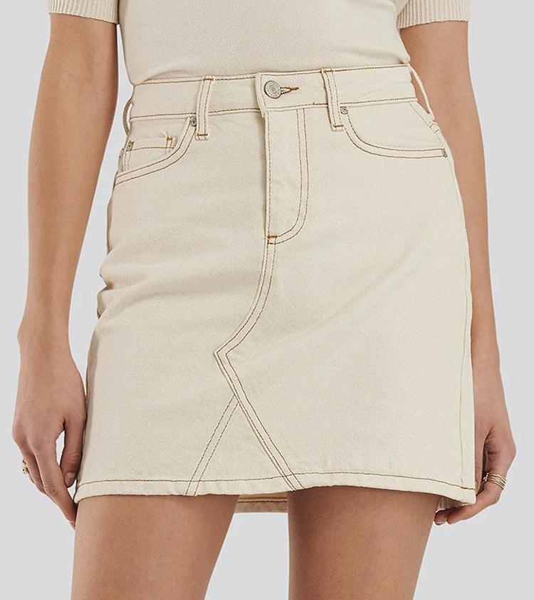 Lækker beige denim nederdel med brune søm