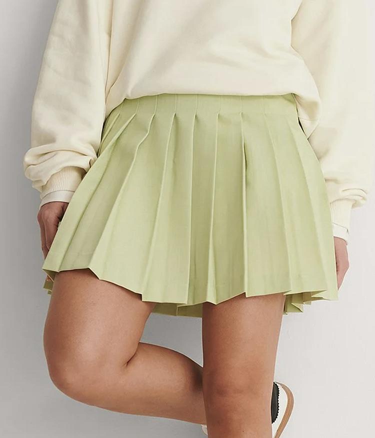 Lysegrøn og plisseret kort nederdel